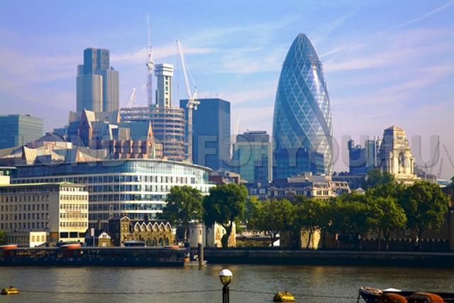 Вид на london city с обратной стороны темзы